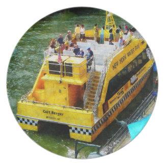 Taxi del agua en el puerto del sur de la calle plato