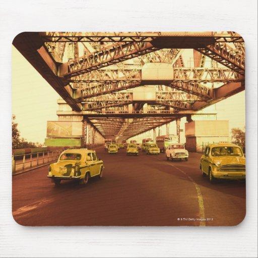 Taxi en un puente alfombrilla de ratón