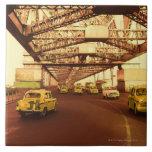 Taxi en un puente azulejo