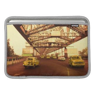 Taxi en un puente funda macbook air