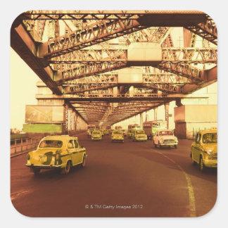 Taxi en un puente pegatina cuadrada