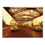 Taxi en un puente postal