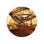 Taxi en un puente relojes