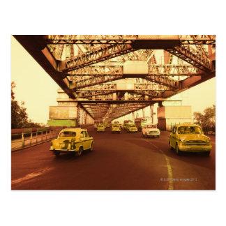 Taxi en un puente postales