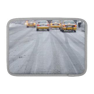 Taxis amarillos en ventisca funda para macbook air