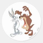 TAZ™ y Bugs Bunny no incluso que retroceden - Pegatina Redonda