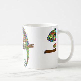 Taza a cuadros del camaleón del arco iris