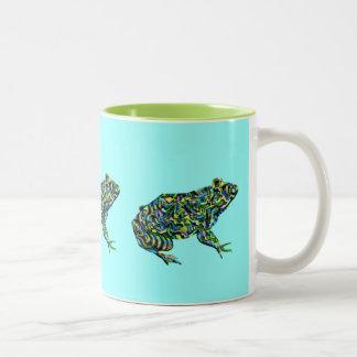 Taza abstracta colorida de la rana mugidora