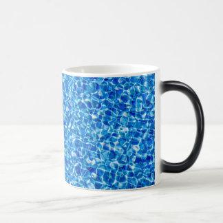 Taza abstracta del agua azul