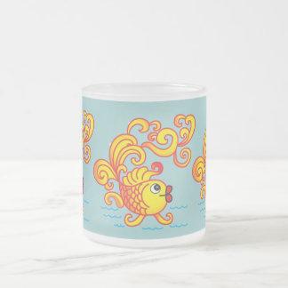 Taza adorable de la natación del GoldFish de Koi