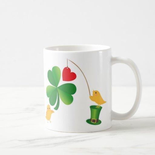 Taza afortunada del diseño del pájaro del trébol