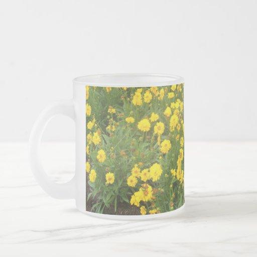 Taza amarilla brillante del diseño floral