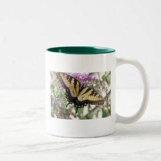 Taza amarilla de la mariposa de Swallowtail de los