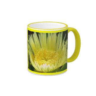 Taza amarilla de la planta de hielo