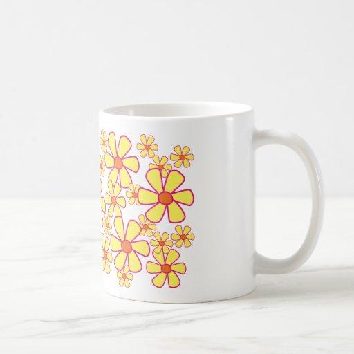 Taza amarilla de las flores