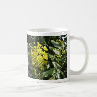 Taza amarilla del racimo de flor