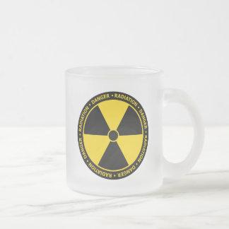 Taza amarilla del símbolo de la radiación