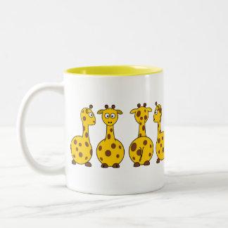 Taza amarilla linda del modelo de la jirafa