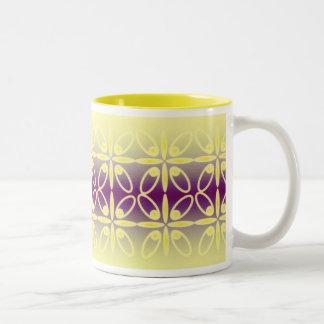 Taza amarilla y violeta tradicional del diseño