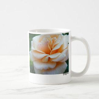 Taza amelocotonada de la impresión del rosa