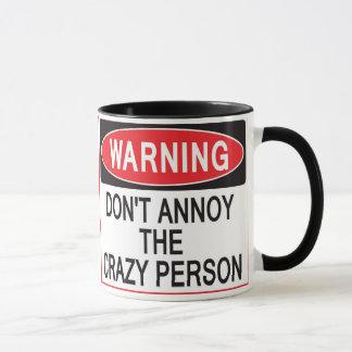 taza amonestadora de la persona loca
