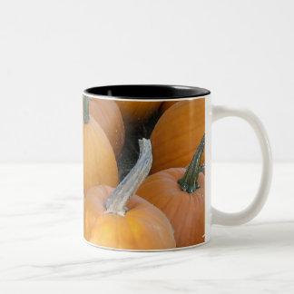 Taza anaranjada de la calabaza del otoño de Hallow