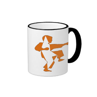 taza anaranjada del niño del karate