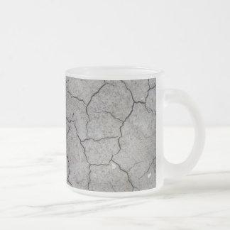 Taza: Arcilla gris agrietada seca del suelo. Final Taza De Café Esmerilada