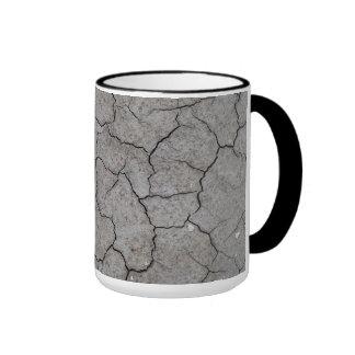 Taza: Arcilla gris agrietada seca del suelo Taza A Dos Colores