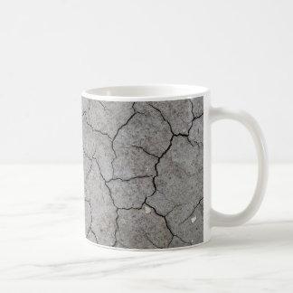 Taza: Arcilla gris agrietada seca del suelo Taza Básica Blanca