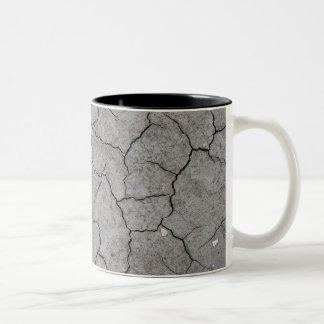 Taza: Arcilla gris agrietada seca del suelo Taza Dos Tonos