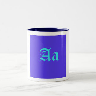 """Taza azul clara del """"Aa"""" en fondo de la lavanda"""