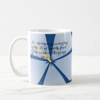 Taza azul clara del verso de la biblia del hibisco