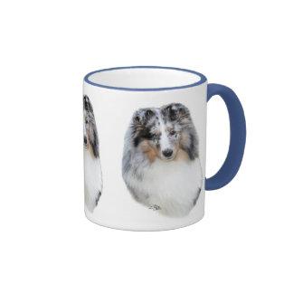 Taza azul de la cabeza del merle del perro pastor