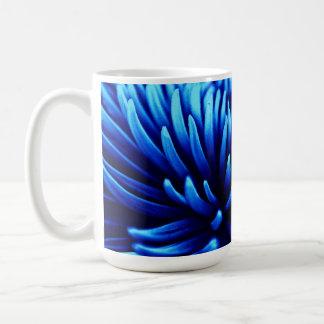Taza azul de la flor del crisantemo