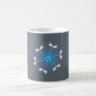 Taza azul de la libélula de la base