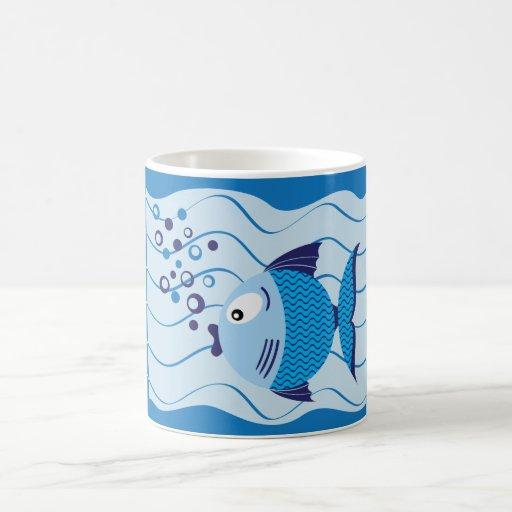 Taza azul de la luz de la composición de los pesca
