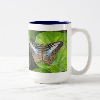 Taza azul de la mariposa de las podadoras