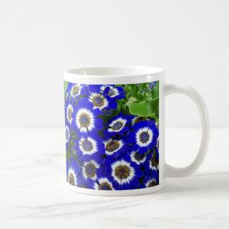Taza azul de las flores