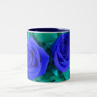 Taza azul de los rosas