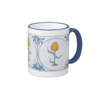 Taza azul del café con leche del arte de la teja d