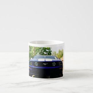 Taza azul del café express del coche del músculo