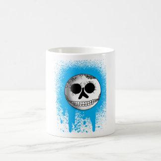 Taza azul del cráneo de la salpicadura
