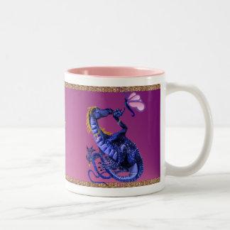 Taza azul del dragón y de la mariposa