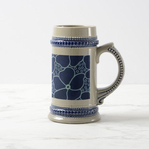 taza azul del estampado de flores