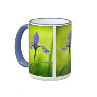Taza azul del iris japonés de Lois Bryan