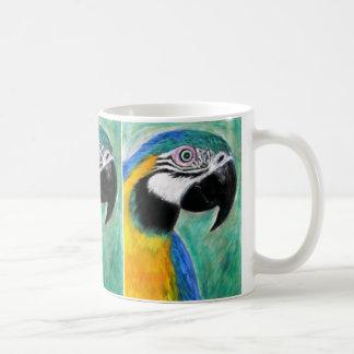 Taza azul del Macaw del oro