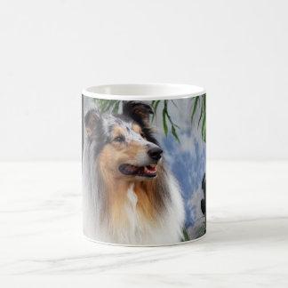Taza azul del merle del perro hermoso del collie,