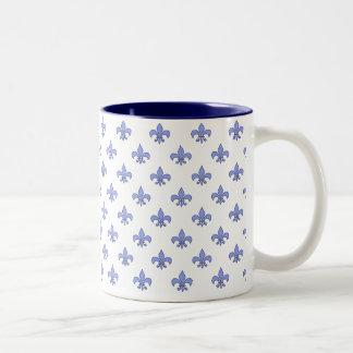 Taza azul del modelo de la flor de lis