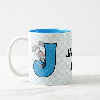 """Taza azul del monograma """"J"""" del Jackrabbit del niñ"""
